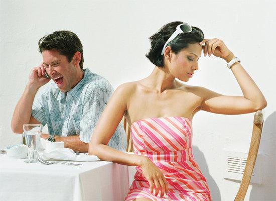 Специалисты не советуют отвлекаться на телефон во время свидания