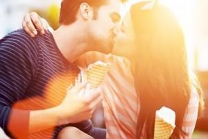 Университет Роял Холловей объяснил, почему во время поцелуя люди закрывают глаза