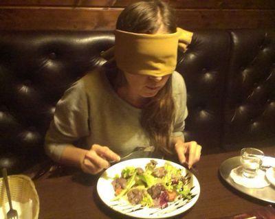 Психологи: чтобы похудеть, надо есть с завязанными глазами