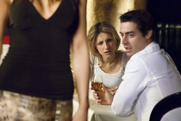 Психолог объяснила, почему мужчины смотрят на других женщин