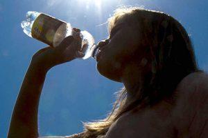 Недостаток воды признали причиной ожирения