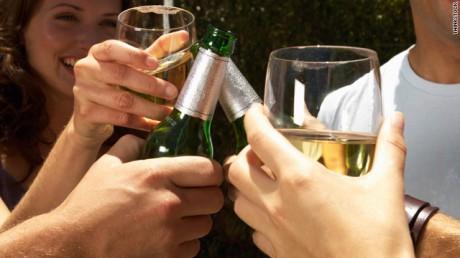 Брачные узы повышают тягу к спиртному у женщин, а вот у мужчин — снижают