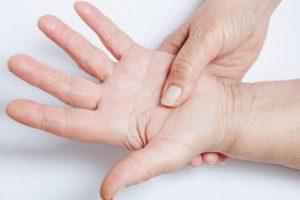 Почему немеют руки: главные причины